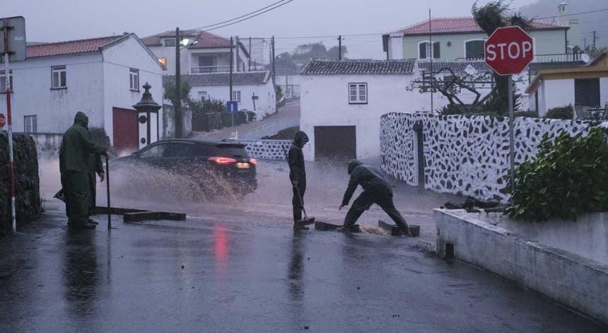 O mau tempo provocou estragos e desalojou nove pessoas nos Açores