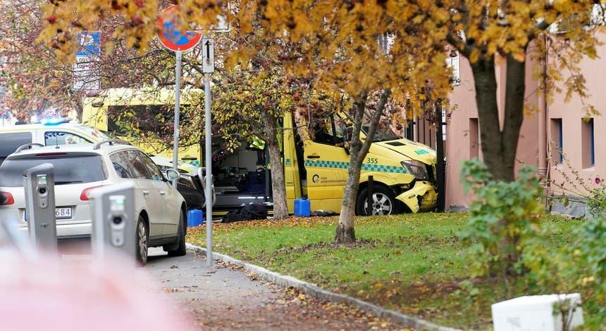 Durante a fuga, o suspeito acabou por sair da estrada e embateu com a ambulância contra um prédio do bairro de Torshov, em Oslo, capital norueguesa.