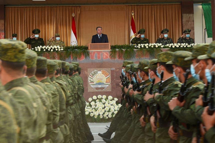 Emomali Rakhmon, Presidente do Tajiquistão, preside à parada militar de 22 de julho de 2021 em Dushanbe Foto - Reuters