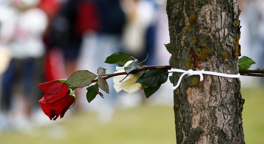 Manifestantes na Bielorrússia usam flores para apelar ao fim da repressão e da violência