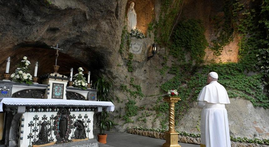 O Papa Francisco orou na réplica da gruta de Nossa Senhora de Lurdes, nos Jardins de Vaticano, dia 30 de maio de 2020, pelo fim da pandemia de Covid-19, unido durante a recitação do rosário a 50 santuários marianos do mundo inteiro