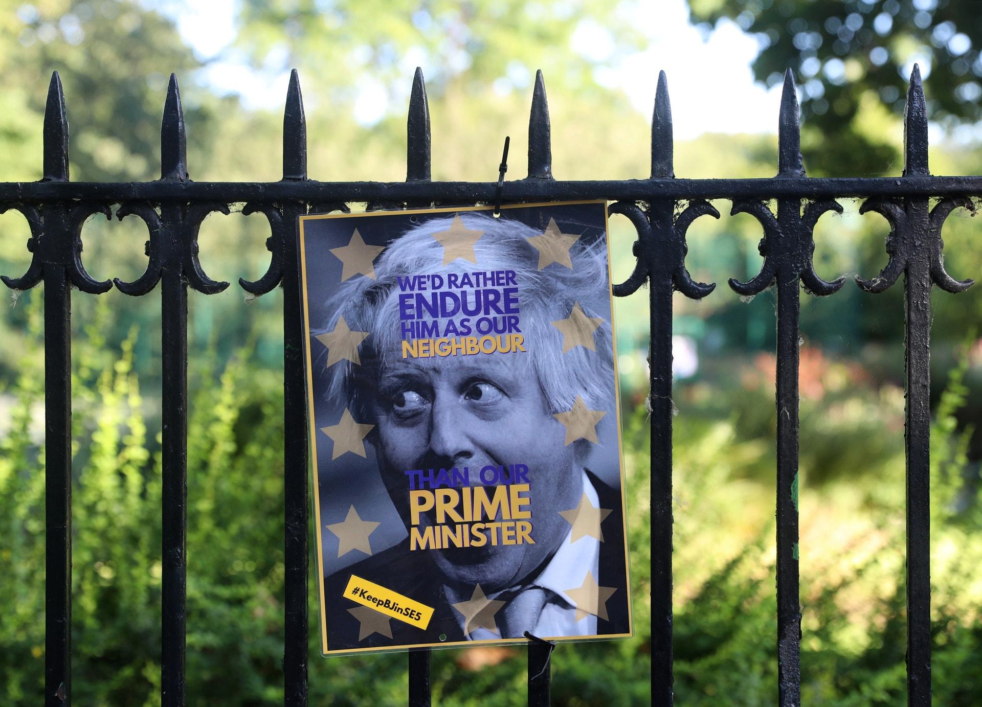 Um cartaz retrata Boris Johnson numa cerca do parque em frente à sua casa em Londres, Grã-Bretanha. 22  junho 2019. REUTERS/Simon Dawson