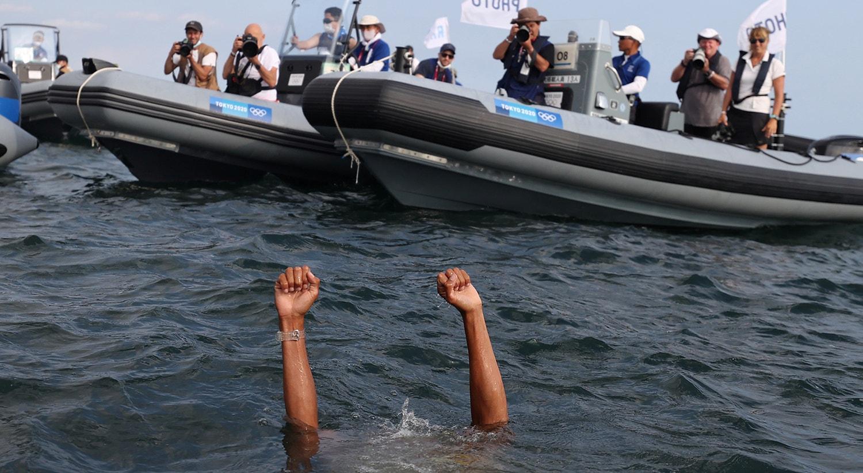 Kiran Badloe, Países Baixos, atirou-se à água para celebrar a conquista do ouro após a corrida de Vela - RS:X masculino.  Foto: Ivan Alvarado - Reuters
