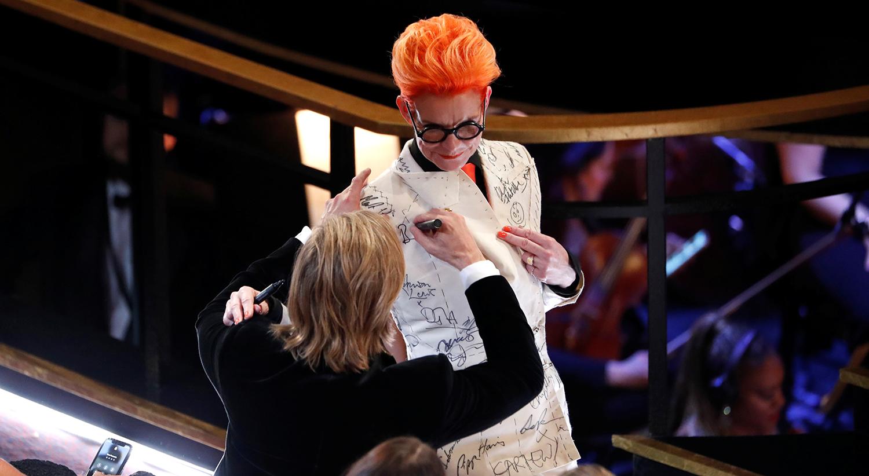 Sandy Powell autografado por Brad Pitt / Mario Anzuoni  - Reutes
