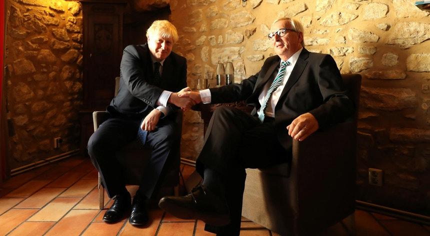 O primeiro-ministro britânico com o presidente da Comissão Europeia durante um encontro, esta quarta-feira, num restaurante no Luxemburgo