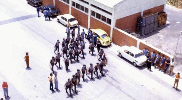 A polícia de choque, ao entrar nas oficinas da TAP, há 40 anos