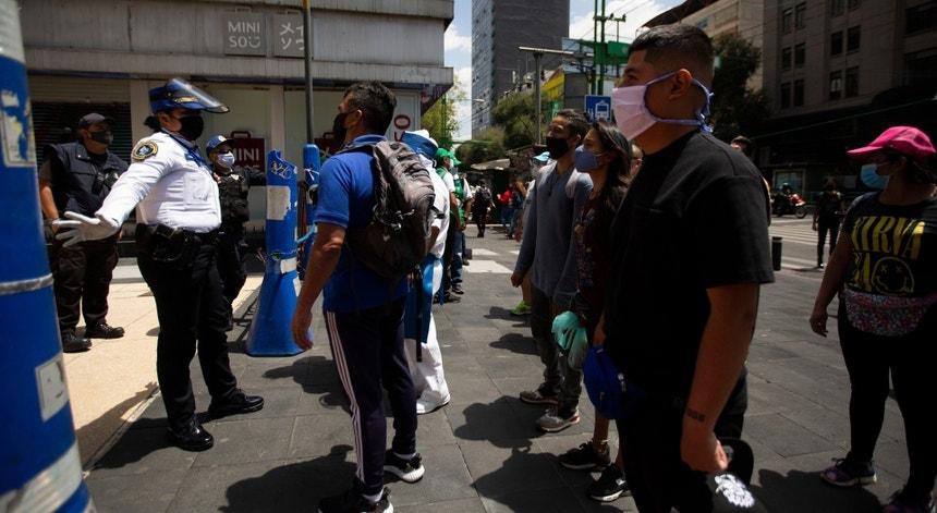 Os mexicanos esperam pela sua vez para serem vacinados
