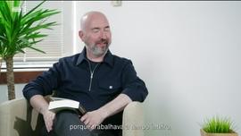 Douglas Stuart autor de «Shuggie Bain» Lúcia Vicente autora de «Raízes Negras»